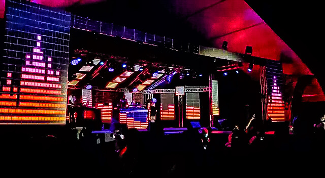 Animation lumineuse sur écrans géants LED concert de Tayc