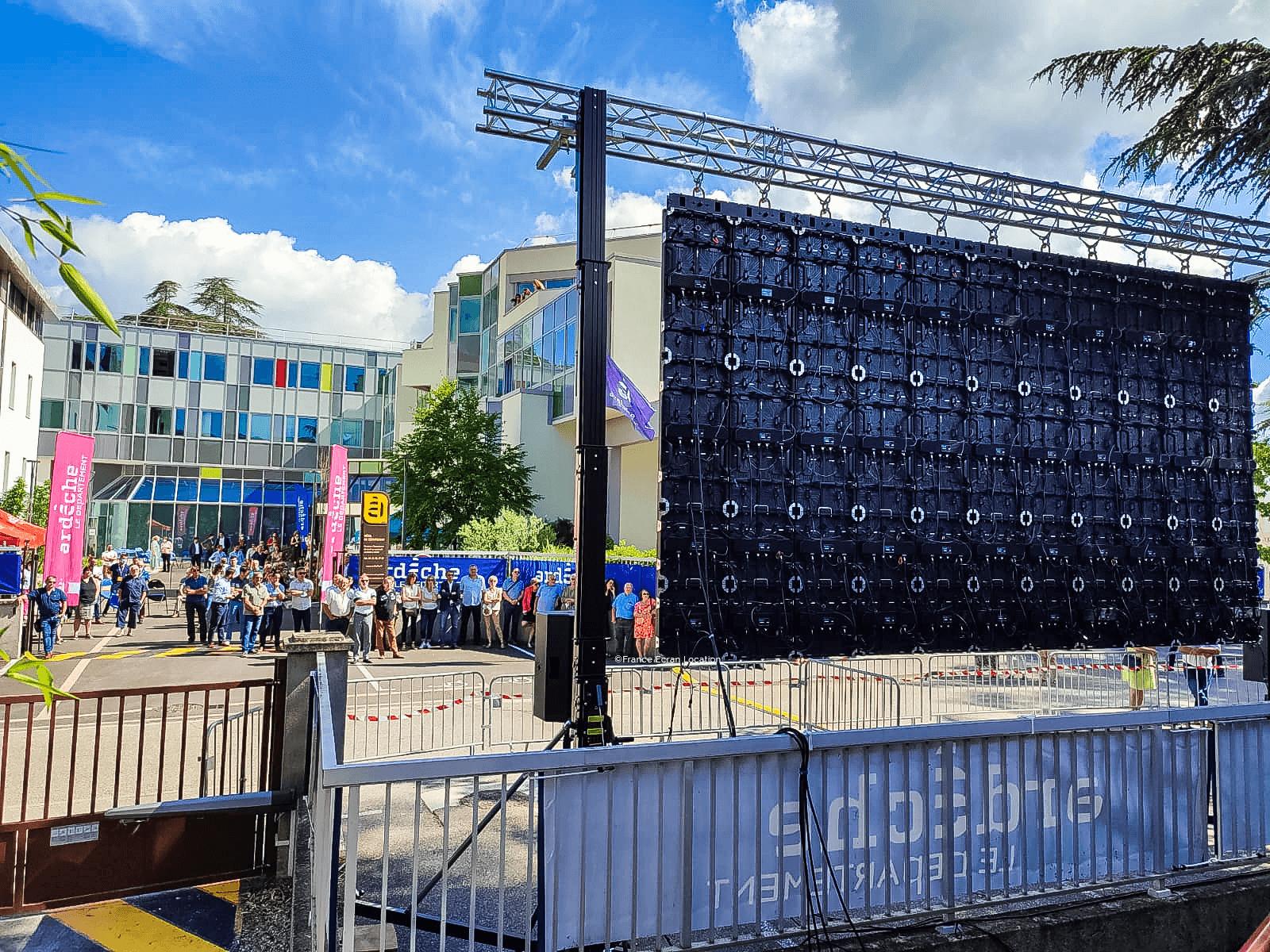 Installation d'un écran géant LED pour municipalité